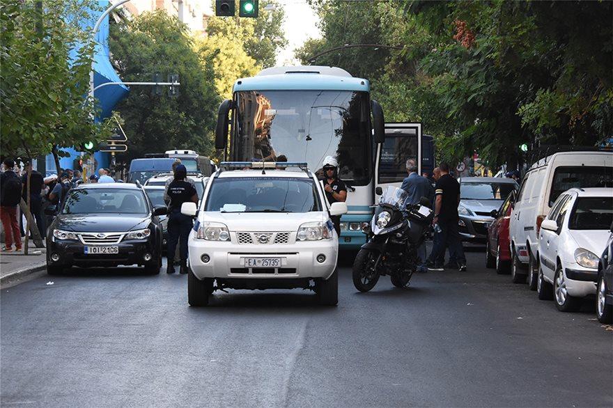 ΕΛΑΣ: Δείτε φωτογραφίες από Πρόσφυγες στην Αχαρνών - Βρήκαν και πιστόλια - Φωτογραφία 13