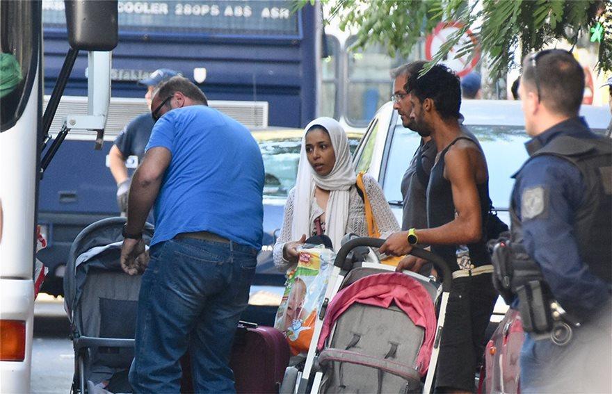 ΕΛΑΣ: Δείτε φωτογραφίες από Πρόσφυγες στην Αχαρνών - Βρήκαν και πιστόλια - Φωτογραφία 14