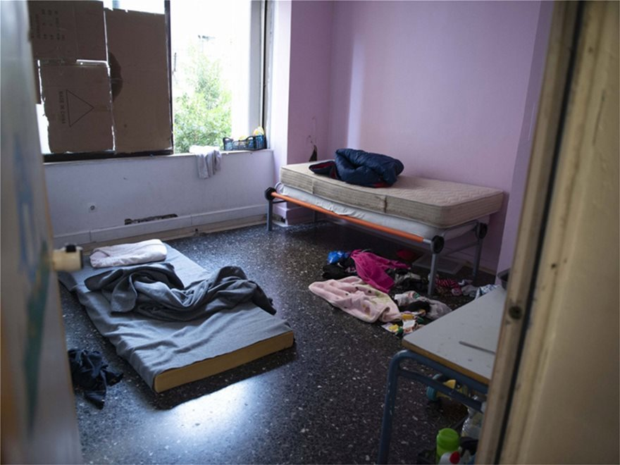 ΕΛΑΣ: Δείτε φωτογραφίες από Πρόσφυγες στην Αχαρνών - Βρήκαν και πιστόλια - Φωτογραφία 5