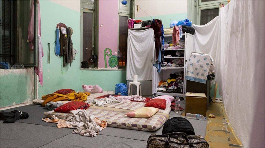 ΕΛΑΣ: Δείτε φωτογραφίες από Πρόσφυγες στην Αχαρνών - Βρήκαν και πιστόλια - Φωτογραφία 6