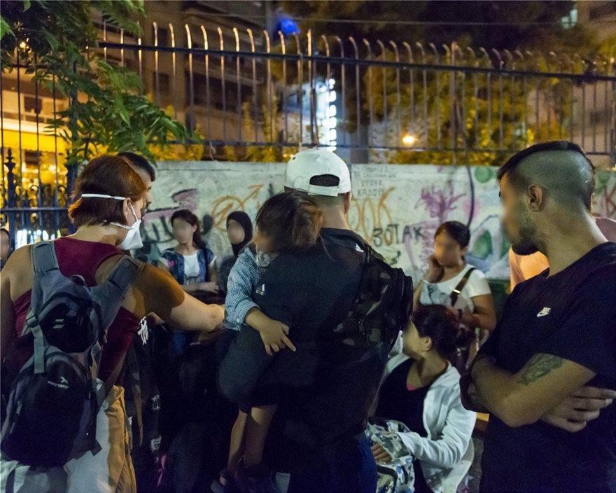 ΕΛΑΣ: Δείτε φωτογραφίες από Πρόσφυγες στην Αχαρνών - Βρήκαν και πιστόλια - Φωτογραφία 7