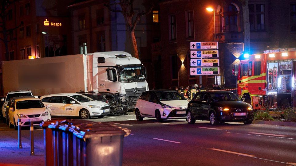 «Σκιά» τρομοκρατίας στη Γερμανία: Κλεμμένο φορτηγό παρέσυρε 19 αυτοκίνητα - 16 τραυματίες - Φωτογραφία 1