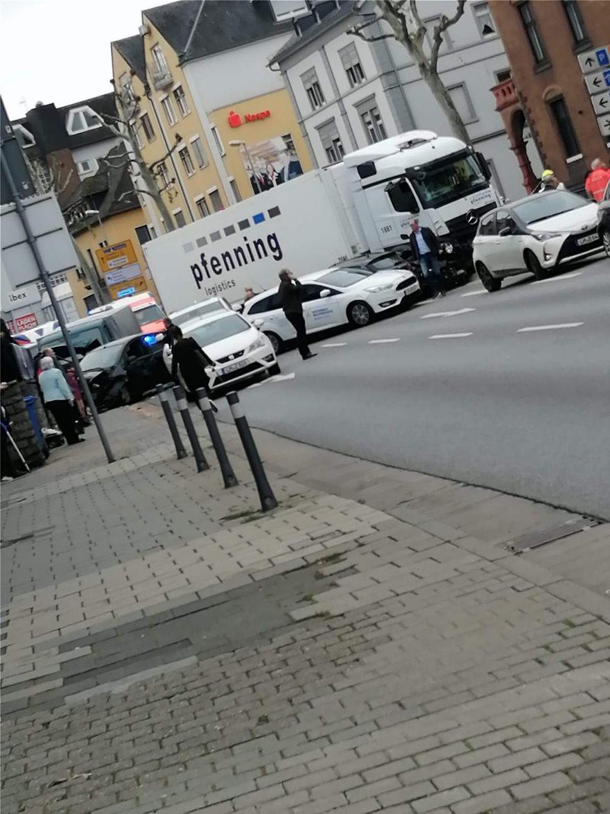 «Σκιά» τρομοκρατίας στη Γερμανία: Κλεμμένο φορτηγό παρέσυρε 19 αυτοκίνητα - 16 τραυματίες - Φωτογραφία 2