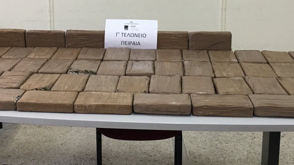 Λιμάνι Πειραιά: 700 κιλά κοκαΐνης σε… φορτίο με μπανάνες - Φωτογραφία 1