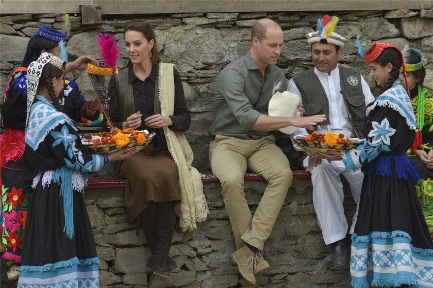 Ουίλιαμ και Κέιτ στο Πακιστάν: Επισκέφθηκαν τη φυλή Καλάς, τους «απογόνους» του Μεγάλου Αλεξάνδρου! - Φωτογραφία 4