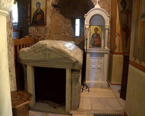 Το θαυματουργό υγρό επάνω στον τάφο του Αγίου Λουκά και η Λάρνακα που θαυματουργεί έως σήμερα - Φωτογραφία 1