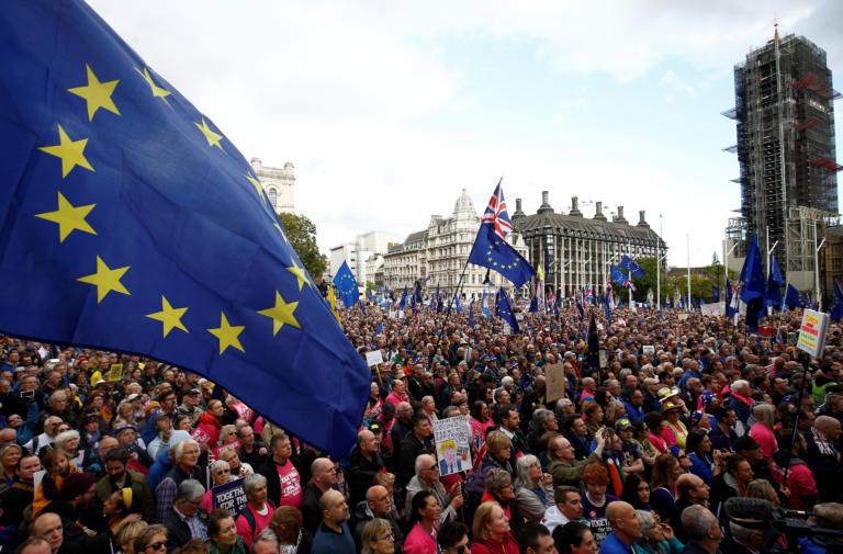 Brexit: Οργή λαού έξω από το Κοινοβούλιο! Απίστευτες εικόνες - Φωτογραφία 1