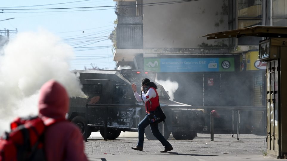Χάος στη Χιλή: Εκατοντάδες χιλιάδες στους δρόμους - Στους 18 οι νεκροί - Φωτογραφία 1