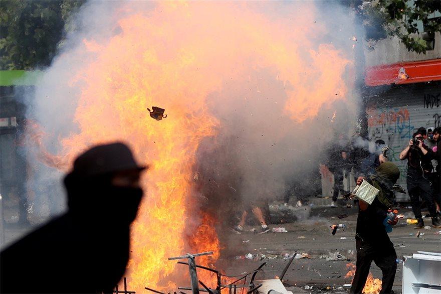 Χάος στη Χιλή: Εκατοντάδες χιλιάδες στους δρόμους - Στους 18 οι νεκροί - Φωτογραφία 2