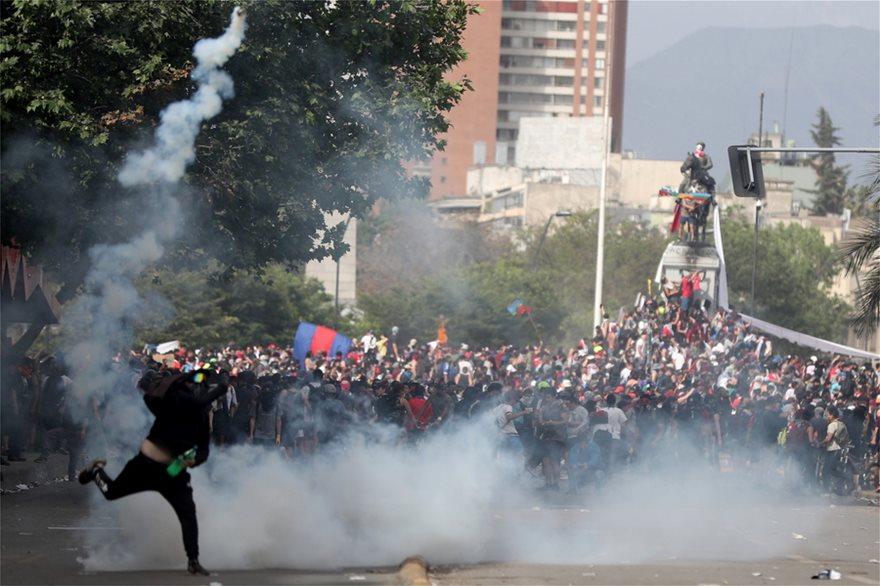 Χάος στη Χιλή: Εκατοντάδες χιλιάδες στους δρόμους - Στους 18 οι νεκροί - Φωτογραφία 3