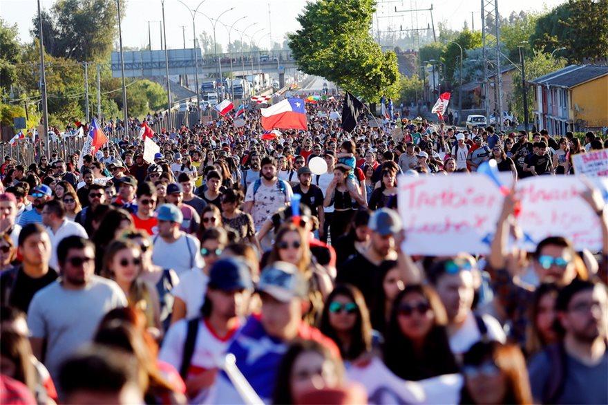 Χάος στη Χιλή: Εκατοντάδες χιλιάδες στους δρόμους - Στους 18 οι νεκροί - Φωτογραφία 4