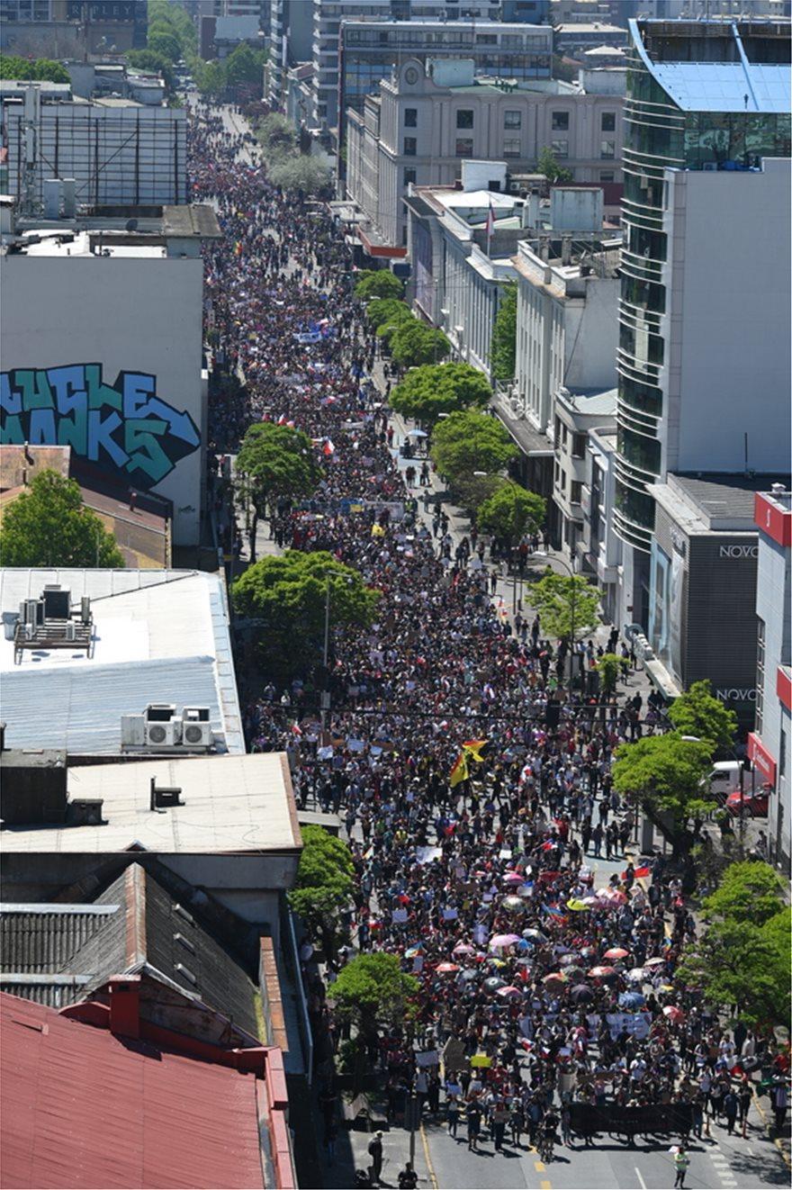 Χάος στη Χιλή: Εκατοντάδες χιλιάδες στους δρόμους - Στους 18 οι νεκροί - Φωτογραφία 5