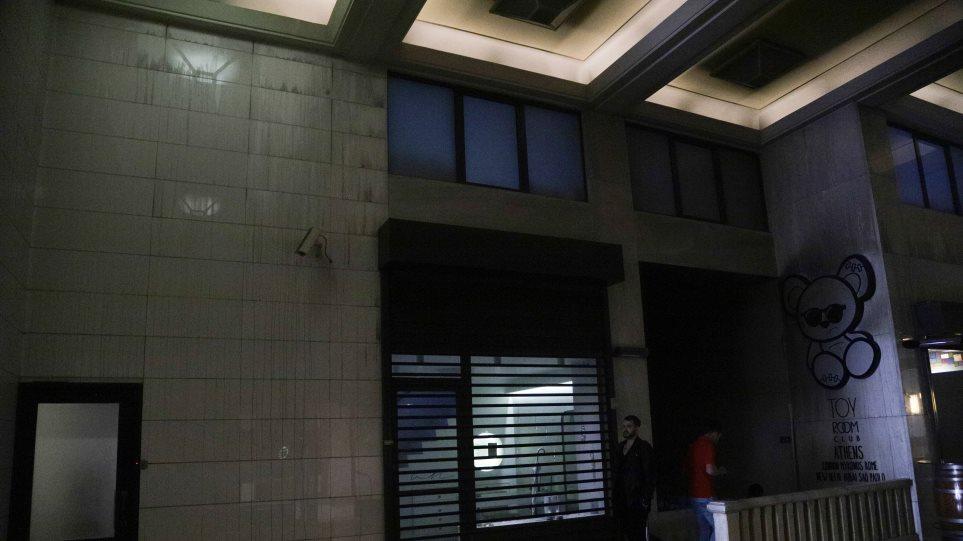 Φωτιά σε κλαμπ στην Πανεπιστημίου με 200 θαμώνες: Από κλειστό γραφείο ξεκίνησε η πυρκαγιά - - Φωτογραφία 1