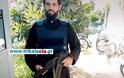 Ο αστυνομικός-ιερέας με το αλεξίσφαιρο και το όπλο σε αστυνομικό τμήμα