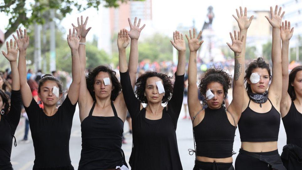 Χιλή: Σιωπηλή διαμαρτυρία γυναικών για τους νεκρούς της κρίσης - Φωτογραφία 1
