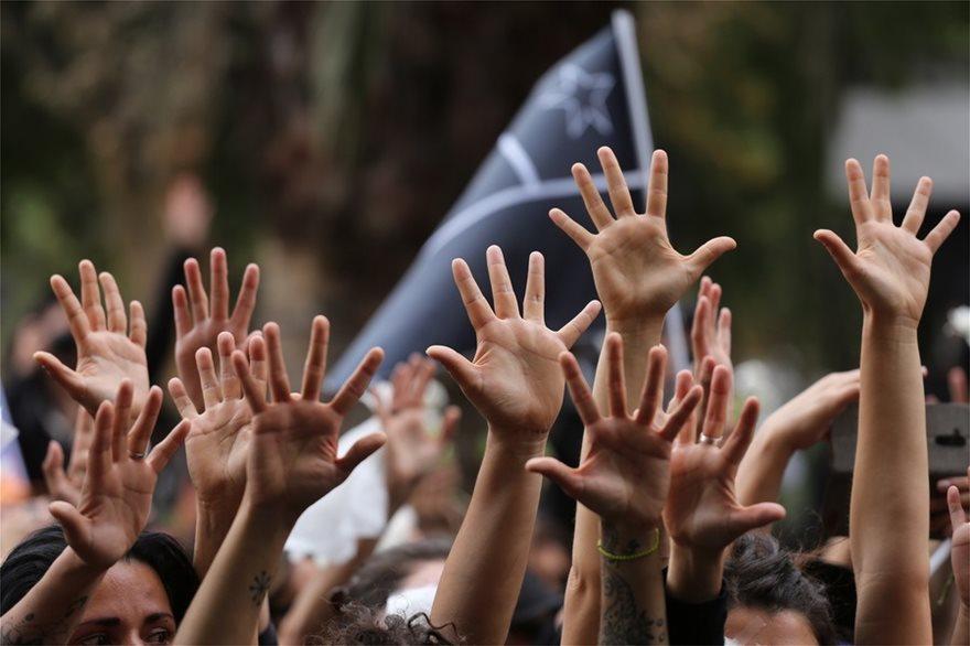 Χιλή: Σιωπηλή διαμαρτυρία γυναικών για τους νεκρούς της κρίσης - Φωτογραφία 2
