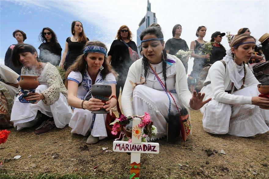 Χιλή: Σιωπηλή διαμαρτυρία γυναικών για τους νεκρούς της κρίσης - Φωτογραφία 4