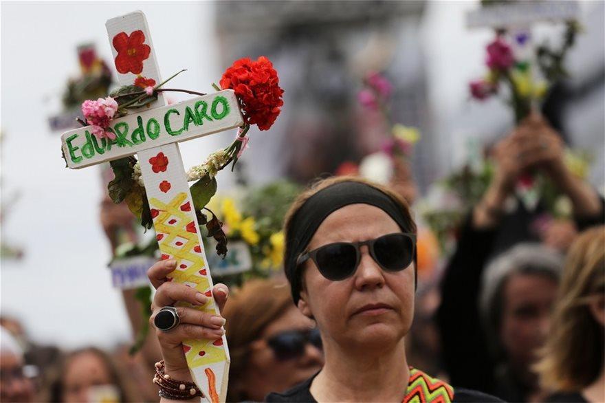 Χιλή: Σιωπηλή διαμαρτυρία γυναικών για τους νεκρούς της κρίσης - Φωτογραφία 5