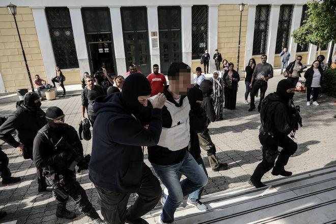 Επαναστατική Αυτοάμυνα: Προφυλακίστηκαν μετ' επεισοδίων οι κατηγορούμενοι - Φωτογραφία 2