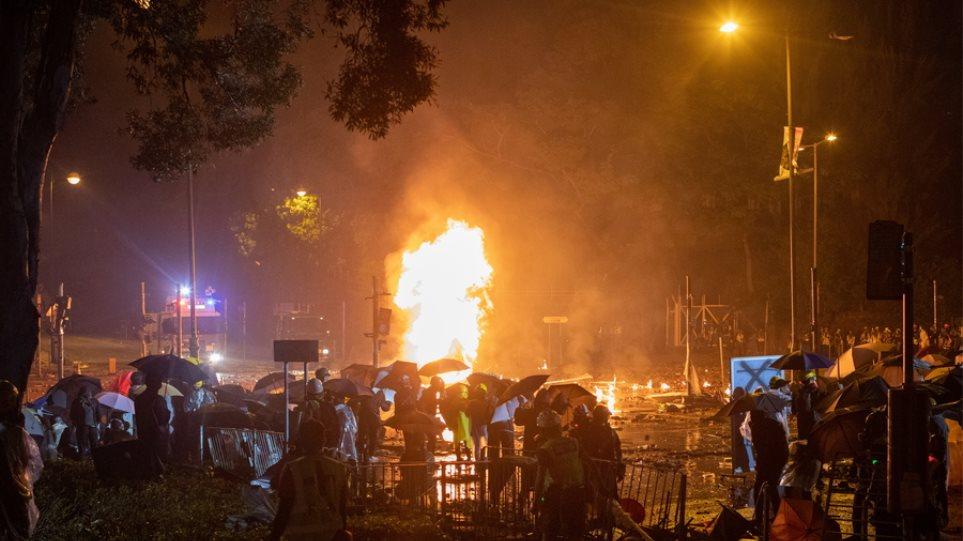 Εκτός ελέγχου η κατάσταση στο Χονγκ Κονγκ: Η αστυνομία απειλεί ότι θα χρησιμοποιήσει σφαίρες! - Φωτογραφία 1