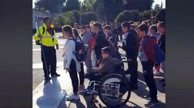 Δάσκαλος - «λοχαγός» έβαλε παιδιά Δημοτικού να «χτυπούν προσοχή» στον Άγνωστο Στρατιώτη (βίντεο) - Φωτογραφία 1