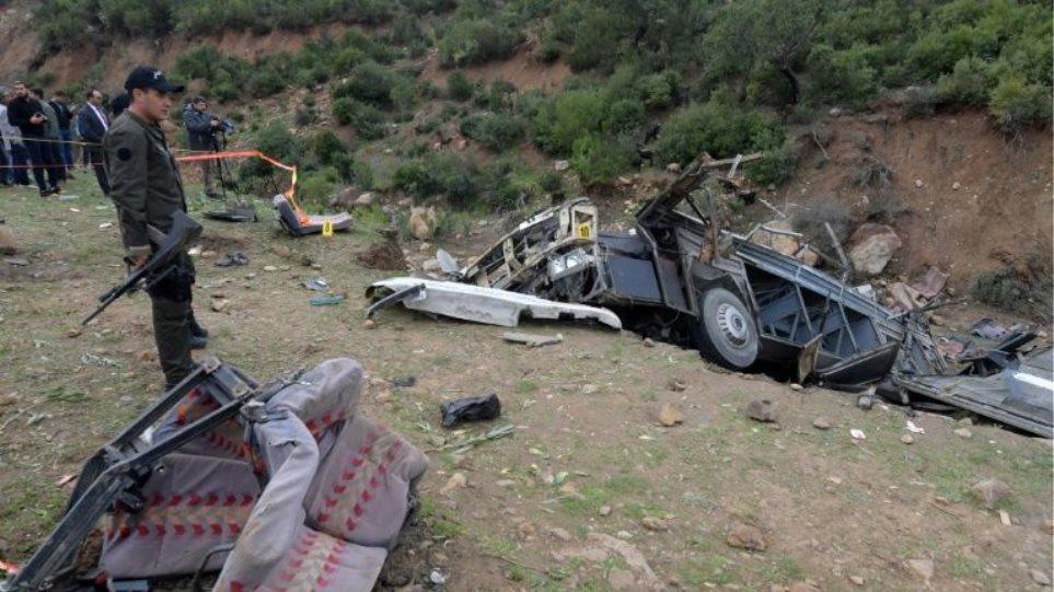 Λεωφορείο έπεσε σε χαράδρα - Τουλάχιστον 24 νεκροί - Φωτογραφία 1