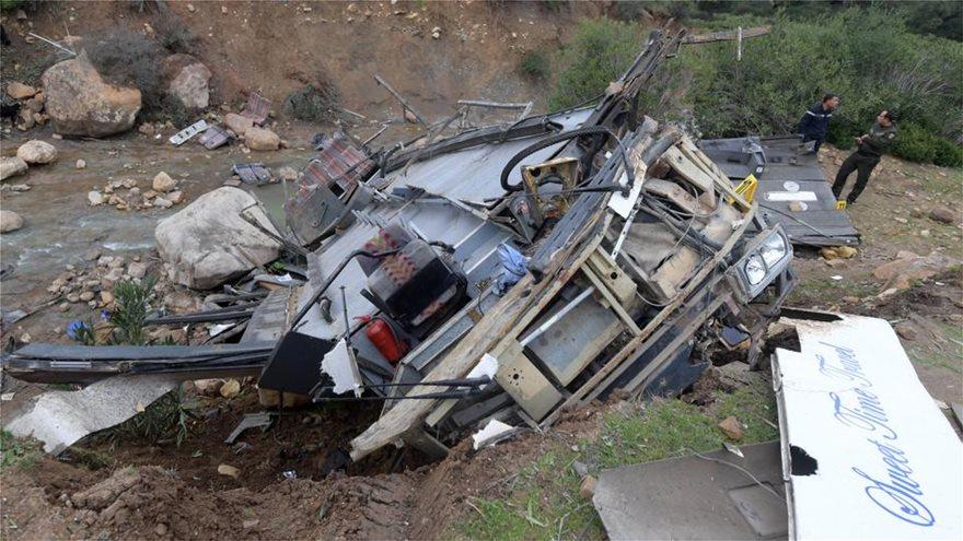 Λεωφορείο έπεσε σε χαράδρα - Τουλάχιστον 24 νεκροί - Φωτογραφία 4