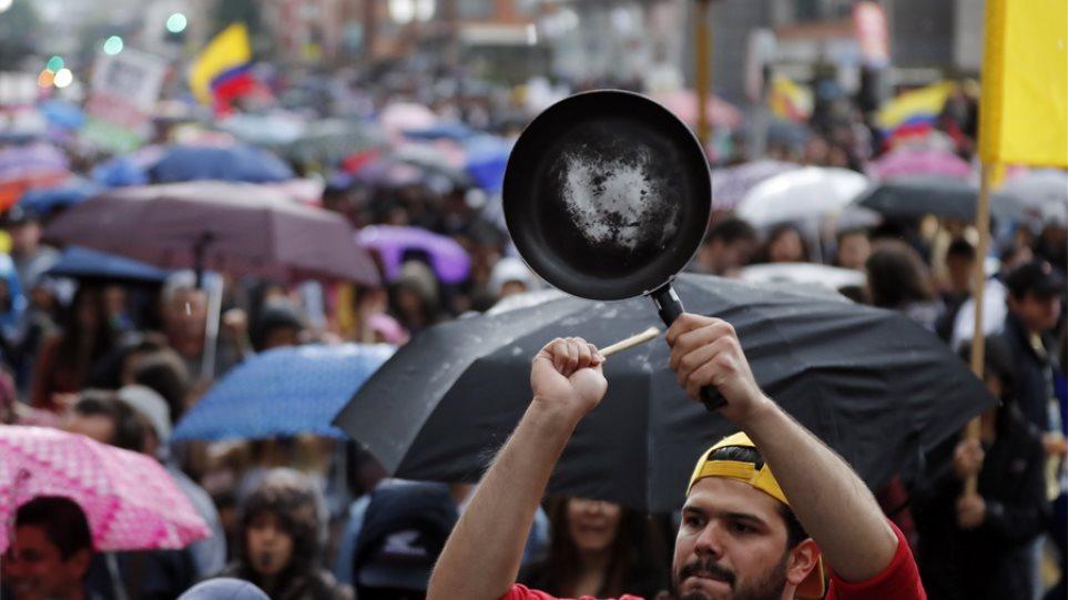 Χιλιάδες διαδηλωτές με μαγειρικά σκεύη και πολύ χρώμα κατά του Ντούκε - Φωτογραφία 1