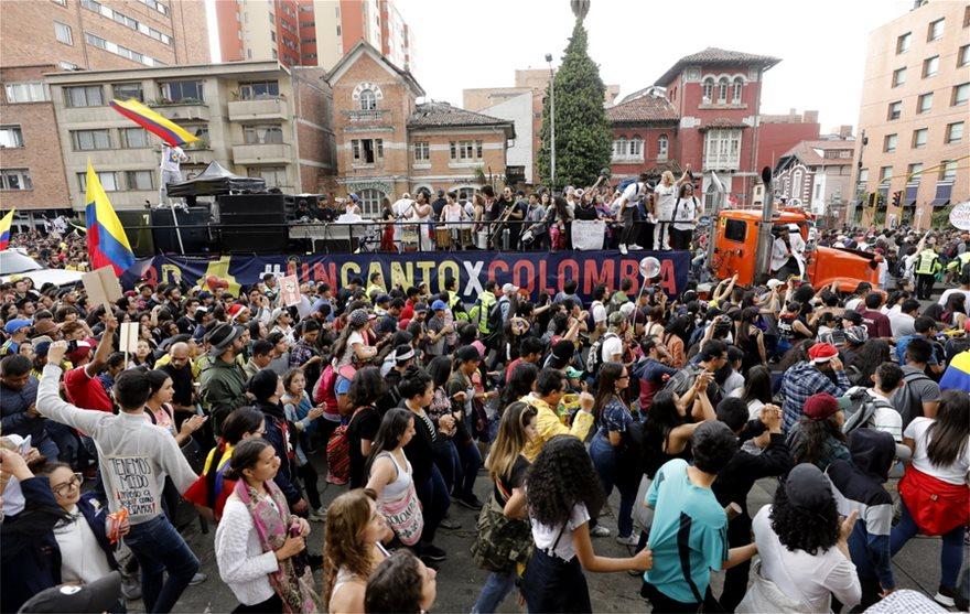 Χιλιάδες διαδηλωτές με μαγειρικά σκεύη και πολύ χρώμα κατά του Ντούκε - Φωτογραφία 3