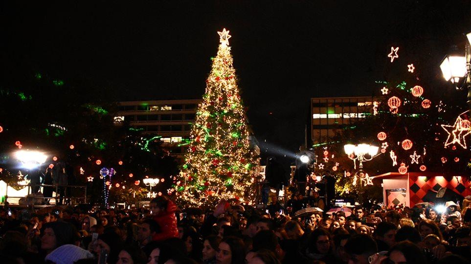 Χριστούγεννα 2019: Φωταγωγήθηκε το δένδρο στην πλατεία Συντάγματος - Φωτογραφία 1