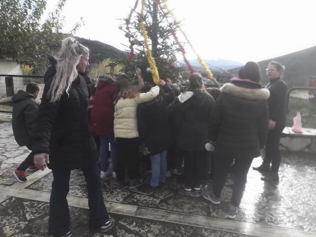 Μαθητές στόλισαν το Χριστουγεννιάτικο δέντρο στο ΑΡΧΟΝΤΟΧΩΡΙ - [ΦΩΤΟ] - Φωτογραφία 1