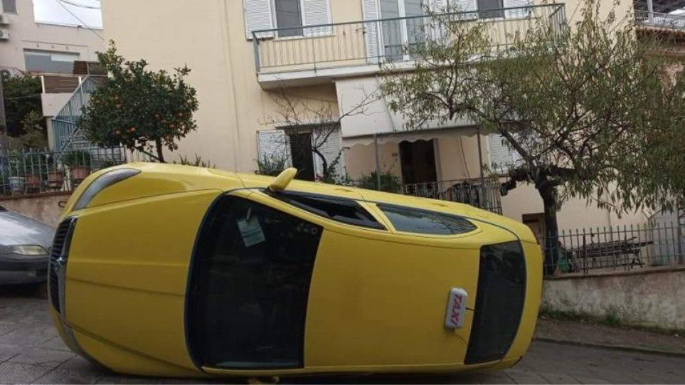 Υμηττός: Ταξί τούμπαρε στη μέση του δρόμου - Φωτογραφία 1
