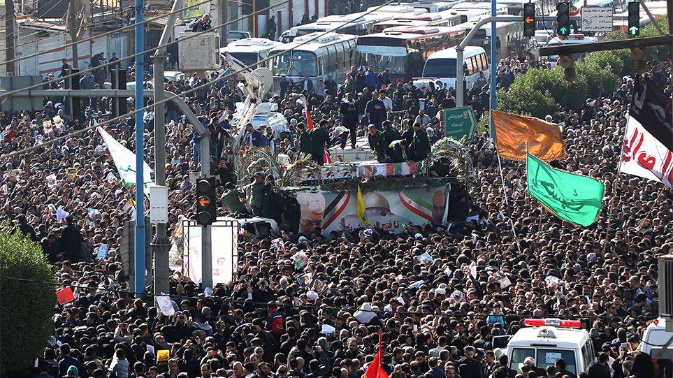 Στο Ιράν η σορός του Σουλεϊμανί: Λαοθάλασσα στις τελετές μνήμης - Φωτογραφία 1