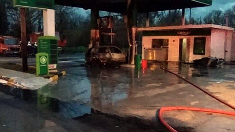 Αυτοκίνητο έπεσε σε βενζινάδικο και κάηκε ολοσχερώς - Φωτογραφία 1