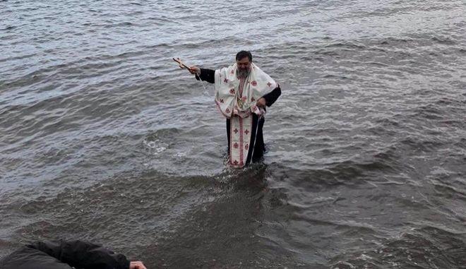 Θεοφάνεια: Δεν βούτηξε κανένας και έπεσε ο παπάς για το Σταυρό - Φωτογραφία 1