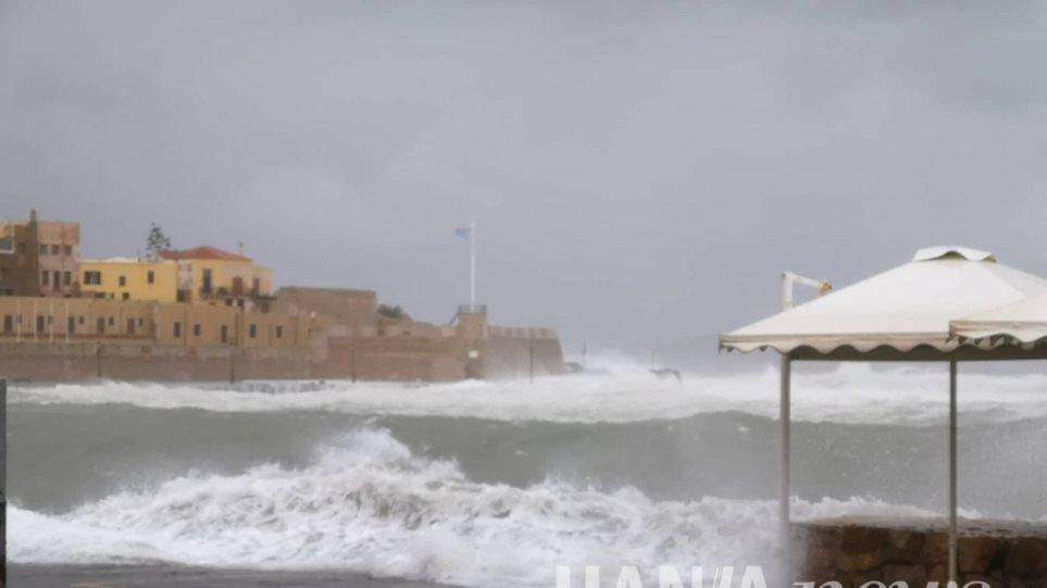 «Ηφαιστίων»: Μανιασμένα κύματα «κατάπιαν» το παλιό λιμάνι στα Χανιά - Φωτογραφία 1