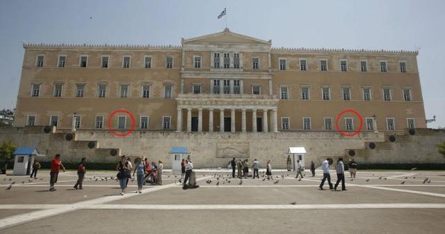 Το μοναδικό παράθυρο της βουλής που είναι πάντα κλειστό και η ιστορική αλήθεια που κρύβει - Φωτογραφία 1