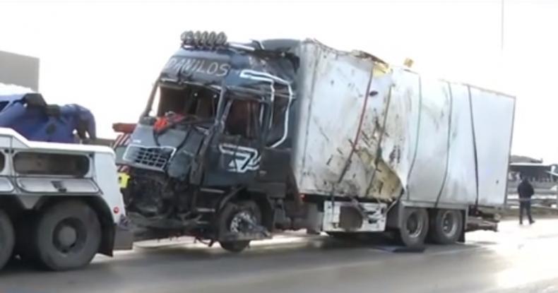 Σφοδρό τροχαίο στην Αθηνών-Λαμίας: Σύγκρουση Λεωφορείο ΚΤΕΛ με νταλίκα - Φωτογραφία 1