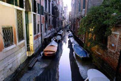 Απίστευτες εικόνες στη Βενετία: Στέγνωσαν τα κανάλια της (pics) - Φωτογραφία 1