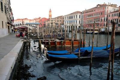 Απίστευτες εικόνες στη Βενετία: Στέγνωσαν τα κανάλια της (pics) - Φωτογραφία 3