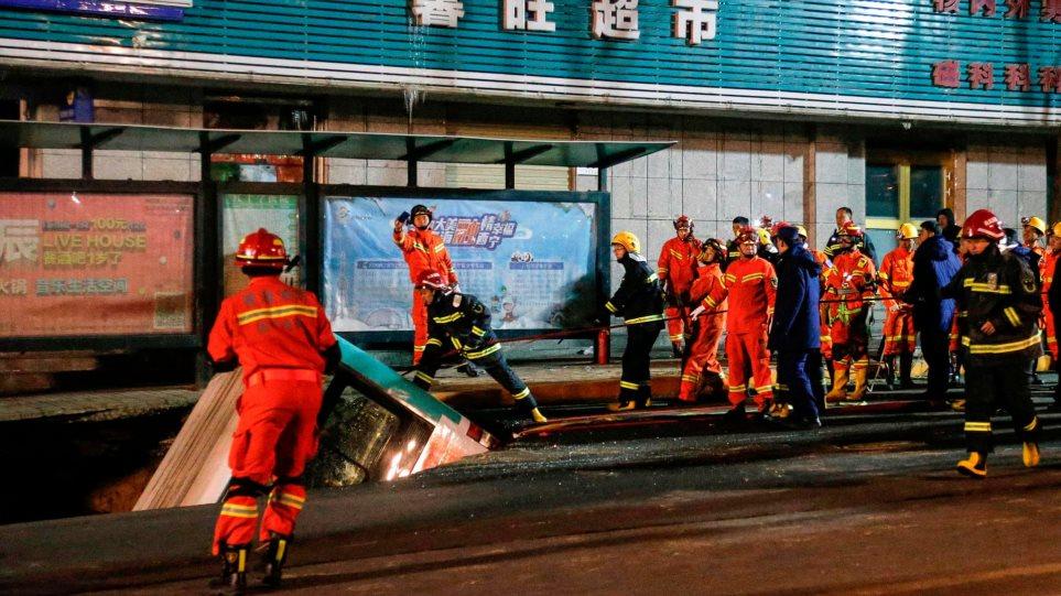 Τρύπα στο δρόμο «κατάπιε» λεωφορείο - 6 νεκροί -  βίντεο από τη στιγμή του δυστυχήματος - Φωτογραφία 1