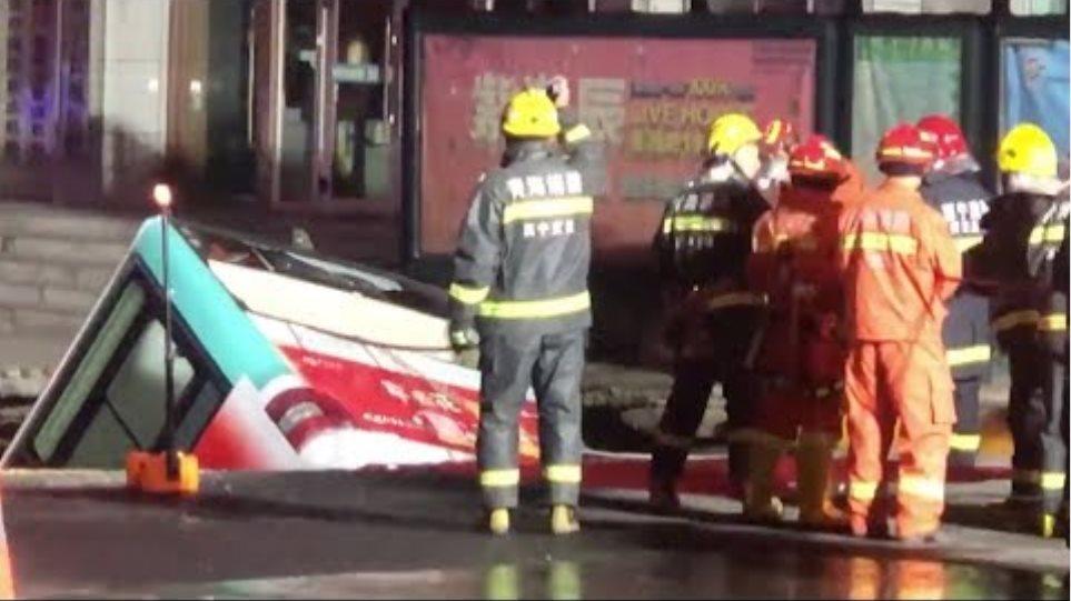 Τρύπα στο δρόμο «κατάπιε» λεωφορείο - 6 νεκροί -  βίντεο από τη στιγμή του δυστυχήματος - Φωτογραφία 2