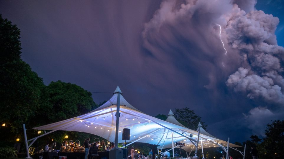 Γάμος -κυριολεκτικά- στη σκιά της έκρηξης του ηφαιστείου (φωτ.) - Φωτογραφία 1