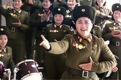 Ο Κιμ Γιονγκ Ουν και οι... στρατιωτίνες του: Αλλόκοτο βίντεο με τραγούδια, βόλεϊ και ζητωκραυγές