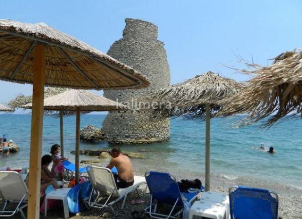 Μαγική παραλία στην Ελλάδα: Ανεμόμυλος μέσα στη θάλασσα - Φωτογραφία 1