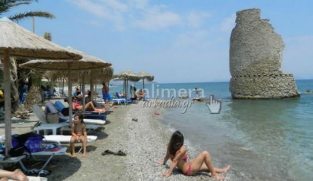 Μαγική παραλία στην Ελλάδα: Ανεμόμυλος μέσα στη θάλασσα - Φωτογραφία 2