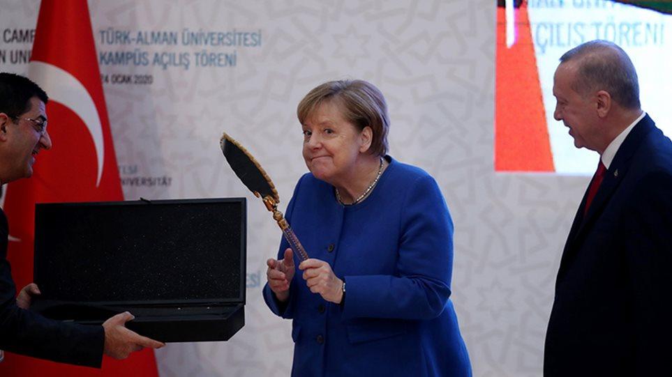 Φωτος: Ο ενθουσιασμός της Μέρκελ για τα δώρα του Ερντογάν! - Φωτογραφία 1