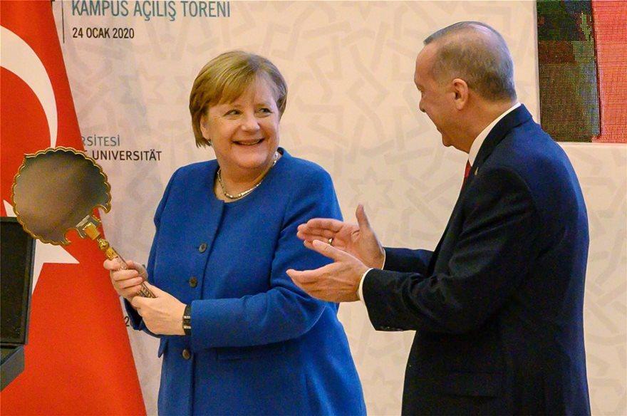 Φωτος: Ο ενθουσιασμός της Μέρκελ για τα δώρα του Ερντογάν! - Φωτογραφία 2