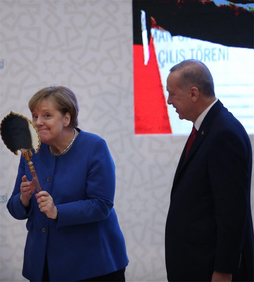 Φωτος: Ο ενθουσιασμός της Μέρκελ για τα δώρα του Ερντογάν! - Φωτογραφία 5