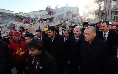 Σεισμός στην Τουρκία: Συγκλονισμένος ο Ερντογάν κουβάλησε φέρετρο θύματος - Φωτογραφία 2